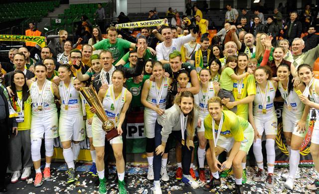 Szurkolók és a kupagyőztes Csapat (Fotó: Nemzeti Sport Online)